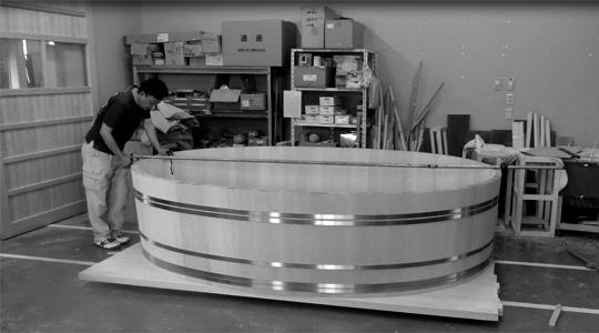 「天空の湯会」の浴槽を作り出す工場