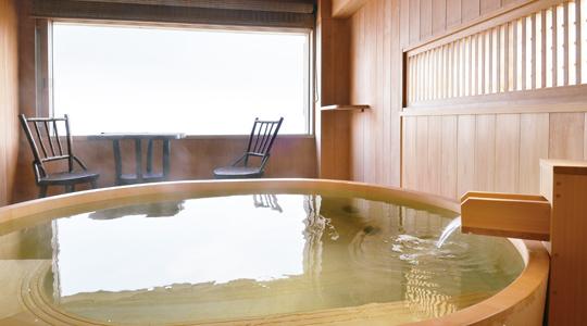 檜風呂から海を一望 ― 海が庭 みなとや旅館